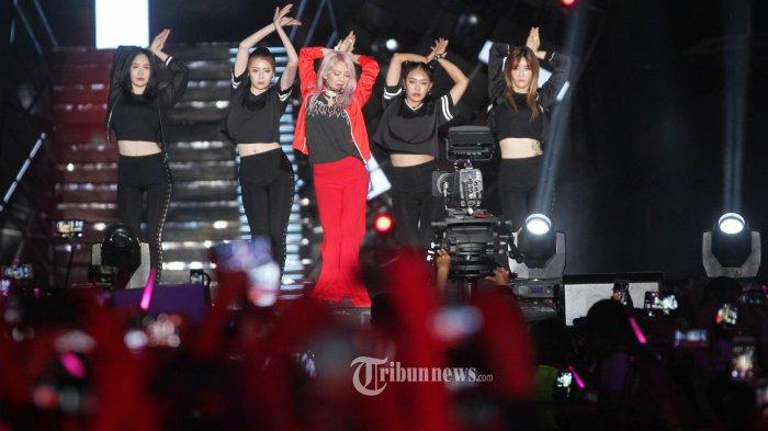 Aksi panggung personil girlbands SNSD Hyoyeon saat tampil pada acara Count Down Asian Games 2018 di Monumen Nasional, Jakarta Pusat, Jumat (18/8/2017). Tribunnews/Jeprima