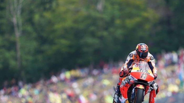 Aksi pebalap penguji Repsol Honda, Stefan Bradl pada MotoGP Republik Ceska 2019, Minggu (4/8/2019).
