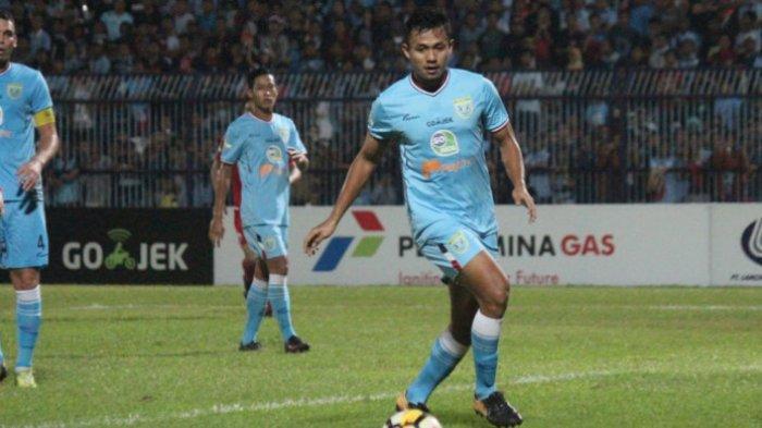 Aksi pemain Persela Lamongan, Arif Satria, pada laga melawan Persija Jakarta di Stadion Surajaya Lamongan pada Minggu, 20 Mei 2018