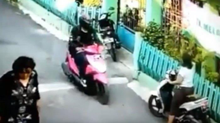 Aksi penjahat kelamin begal payudara di Purwakarta terekam kamera pengawas atau CCTV.