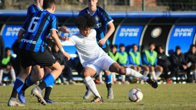 Aksi penyerang Garuda Select, Bagus Kahfi saat melewati hadangan pemain bertahan Inter Milan.