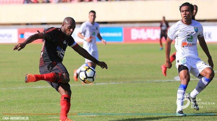 Aksi penyerang sekaligus kapten Persipura Jayapura, Boaz Salossa (kiri) saat timnya menjamu Persela Lamongan pada laga pekan perdana Liga 1 2018 di Stadion Mandala, Jayapura pada 24 Maret 2018.