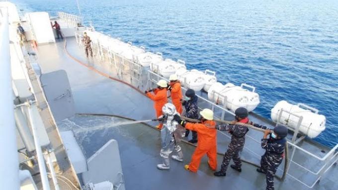 Aksi Prajurit TNI AL Latihan Pemadaman Api di Atas KRI Teluk Bintuni-520