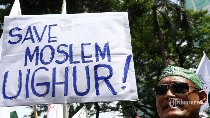 Sejumlah massa Muslim melakukan aksi unjuk rasa di depan Kedutaan Besar China, Jakarta, Jumat (21/12/18). Aksi solidaritas tersebut untuk mengecam tindakan kekerasan dan perlakuan Pemerintah Cina terhadap warga muslim Suku Uighur di Cina serta menuntut Pemerintah Indonesia untuk memberi pernyataan sikap dan membela warga muslim Suku Uighur. TRIBUNNEWS/IRWAN RISMAWAN