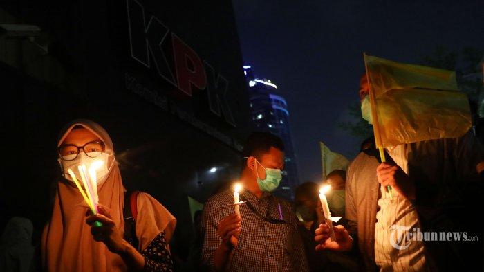 Wadah Pegawai KPK bersama Koalisi Masyarakat Sipil Anti Korupsi melakukan aksi teratrikal di lobi gedung KPK, Jakarta, Selasa (17/9/2019) malam. Aksi teatrikal dengan mengibarkan bendera kuning serta menaburkan bunga bertujuan untuk merenungi situasi yang terjadi di KPK setelah adanya revisi Undang-Undang Nomor 30 Tahun 2002 tentang KPK. TRIBUNNEWS/IRWAN RISMAWAN