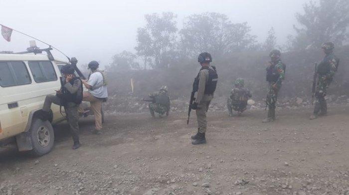 Aparat TNI - Polri mengamankan lokasi teror penembakan yang terjadi di Mile 60, Area Freeport, Sabtu (30/11/2019)