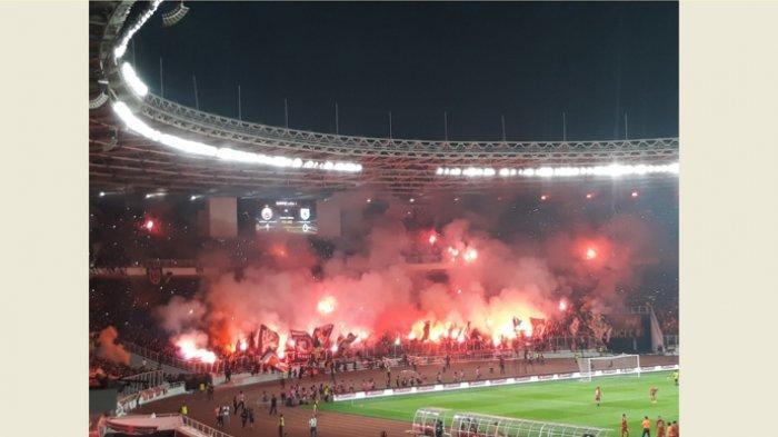 Aksi The Jakmania menyalakan flare di Stadion Utama Gelora Bung Karno saat perayaan ulang tahun Persija Jakarta ke-91 tahun.