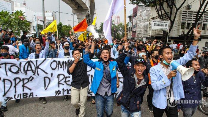 Ribuan Mahasiswa yang tergabung dalam Aliansi Badan Eksekutif Mahasiswa (BEM) Sumatera Selatan melakukan aksi demo penolakan Omnibus Law Cipta Kerja di Depan DPRD Provinsi Sumatera Selatan, Jalan POM IX , Palembang, Rabu (7/10/2020). Mahasiswa ini menuntut DPR membatalkan Undang-undang Omnibus Law Cipta Kerja.TRIBUN SUMSEL/ABRIANSYAH LIBERTO