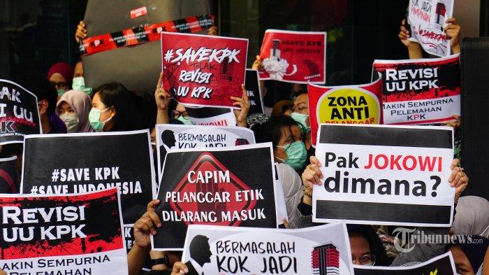Berbagai pamflet orasi dibentangkan pegawai Komisi Pemberantasan Korupsi (KPK) sebagai bentuk penolakan terhadap revisi Undang-Undang KPK di lobi gedung KPK, Jakarta Selatan, Jumat (6/9/2019). Aksi ini merupakan penolakan revisi Undang-Undang Nomor 30 Tahun 2002 yang dapat melemahkan KPK dalam memberantas korupsi. TRIBUNNEWS.COM/IQBAL FIRDAUS