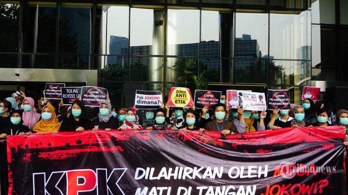 Pegawai Komisi Pemberantasan Korupsi (KPK) melakukan aksi sebagai bentuk penolakan terhadap revisi Undang-Undang KPK di lobi gedung KPK, Jakarta Selatan, Jumat (6/9/2019). Aksi ini merupakan penolakan revisi Undang-Undang Nomor 30 Tahun 2002 yang dapat melemahkan KPK dalam memberantas korupsi. TRIBUNNEWS.COM/IQBAL FIRDAUS