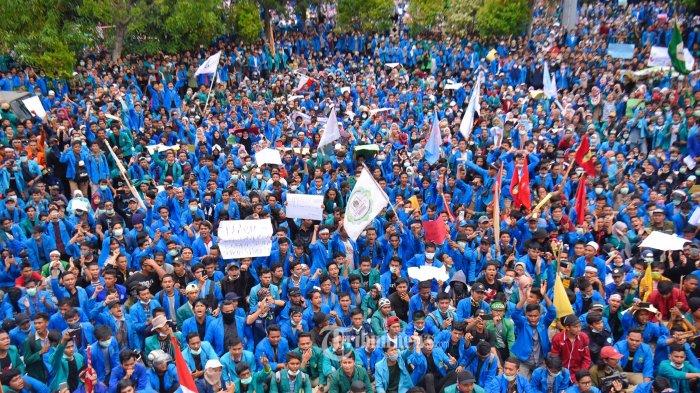 AKSI TOLAK UU KPK - Mahasiswa dari berbagai universitas di Aceh memadati halaman Gedung Dewan Perwakilan Rakyat Aceh (DPRA), Kamis (26/9/2019). Mereka menuntut penolakan terhadap RUU KUHP, UU KPK, dan mengadili oknum perusak lingkungan. SERAMBI/M ANSHAR