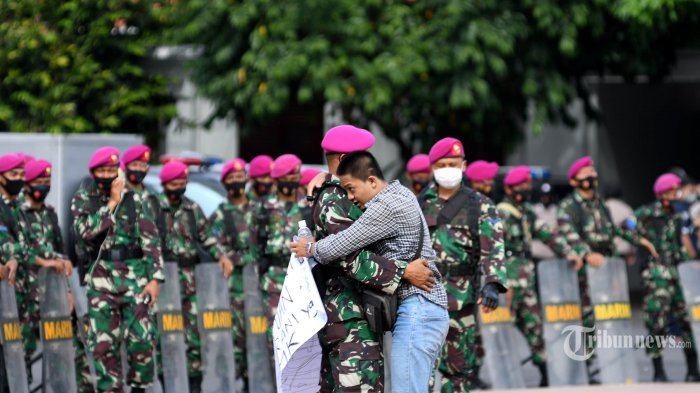Cerita Kebersamaan TNI dengan Peserta Demo, Pangdam Jaya Imami Salat dan Antar Pulang Mahasiswa