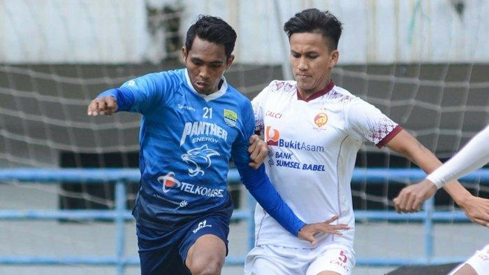 Aksi winger Persib Bandung, Fretz Butuan di laga uji coba melawan Sriwijaya FC yang berakhir imbang tanpa gol 0-0 di GBLA, Rabu (23/6/2021).