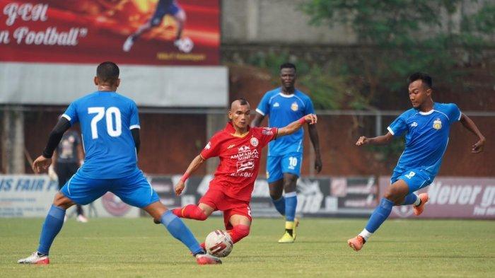 Winger Persija Jakarta, Riko Simanjuntak mendapatkan pengawalan dari pemain Bhayangkara FC Muhammad Hargianto dan Renan Silva di lapangan PSNN, Depok, Rabu (23/9/2020).