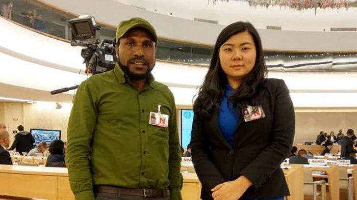Aktivis Papua Victor Yeimo bersama pengacara Veronica Koman di gedung PBB di Jenewa.