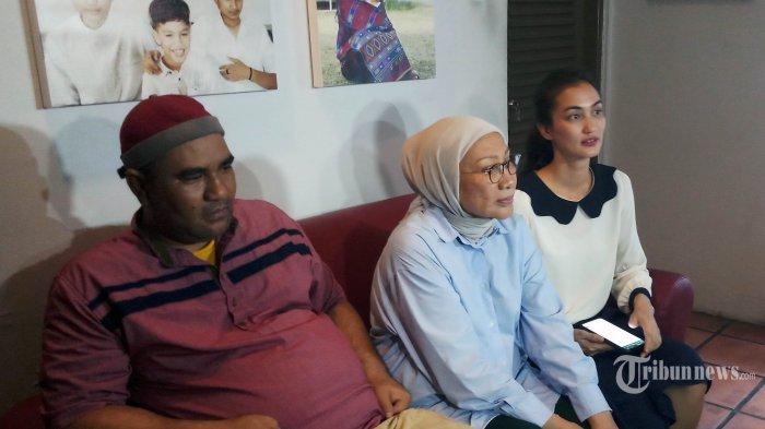 Aktivis Ratna Sarumpaet (tengah) bersama puterinya Aiqah Hasiholan (kanan) memberi keterangan kepada wartawan di Kawasan Bukit Duri, Jakarta Selatan, Kamis (26/12/2019). Ratna bebas dari penjara Rutan Pondok Bambu, setelah mendapat surat keterangan pembebasan bersyarat (SKPB) dari Kemenkum HAM hari ini. Warta Kota/Angga Bhagya Nugraha
