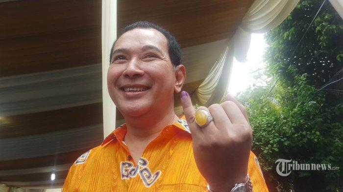 Ketua Umum Partai Berkarya Hutomo Mandala Putra atau yang lebih dikenal dengan nama Tommy Soeharto menunjukan jarinya yang ditandai tinta usai menggunakan hak pilihnya pada Rabu (17/4/2019). Mayoritas anggota keluarga Cendana menggunakan hak pilihnya di di TPS 02 Jalan Cendana, Gondangdia, Jakarta Pusat. WARTA KOTA/ANGGIE LIANDA PUTRI
