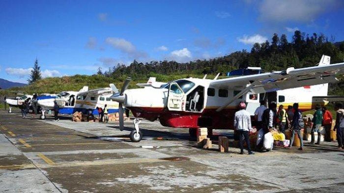 Aktivitas masyarakat di Bandara Distrik Ilaga, Kabupaten Puncak, Papua, Kamis (29/4/2021)