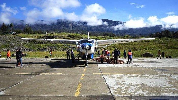 Aktivitas masyarakat di Bandara Distrik Ilaga, Kabupaten Puncak, Papua, Kamis (29/4/2021) pagi