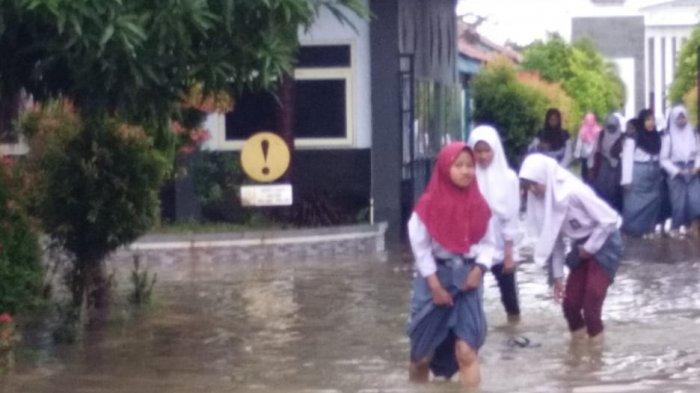 ILUSTRASI - Aktivitas Siswa SMAN 1 Comal, Pemalang saat sekolah tersebut tergenang air akibat banjir dalam beberapa hari belakangan