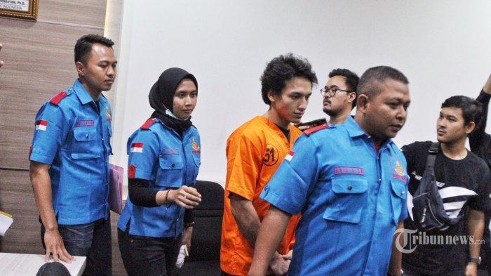 Aktor Jefri Nichol (ketiga kiri) dihadirkan saat kasusnya dirilis di Polres Jakarta Selatan, Rabu (24/7/2019). Polisi menetapkan Jefri Nichol sebagai tersangka terkait kepemilikan narkoba jenis ganja. Warta Kota/Feri Setiawan