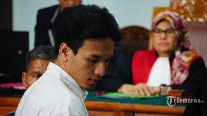 Aktor Jefri Nichol menjalani sidang perdananya terkait kasus narkotika di Pengadilan Negeri Jakarta Selatan, Senin (9/9/2019). Jefri Nichol terjerat kasus narkotika akibat kedapatan memakai dan memiliki narkoba jenis ganja. Tribunnews/Muhammad Iqbal Firdaus