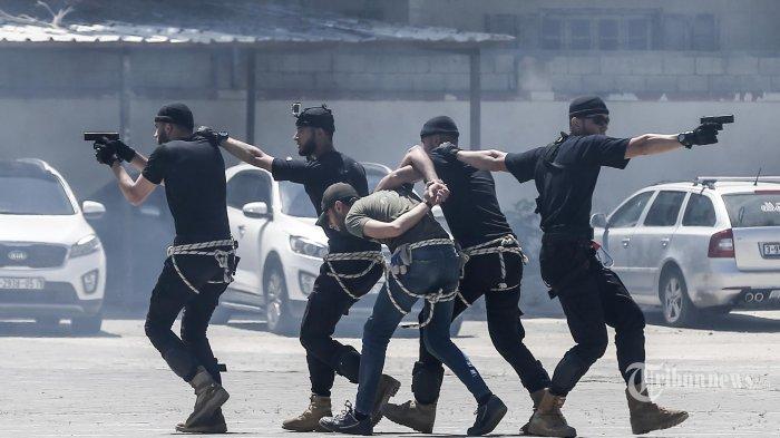 Anggota Kepolisian Hamas Palestina menunjukkan keterampilan mereka pada upacara kelulusan dari Akademi Kepolisian di Kota Gaza. Palestina. Kamis (7/5/2020). (AFP/MAHMUD HAMS)