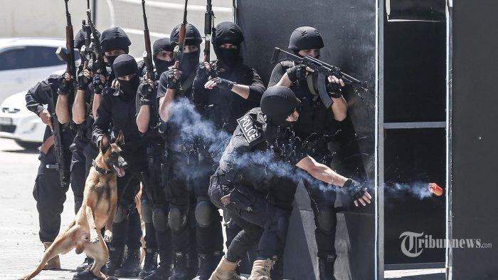 Anggota Kepolisian Hamas Palestina menunjukkan keterampilan mereka pada upacara kelulusan dari Akademi Kepolisian di Kota Gaza. Palestina. Kamis (7/5/2020).