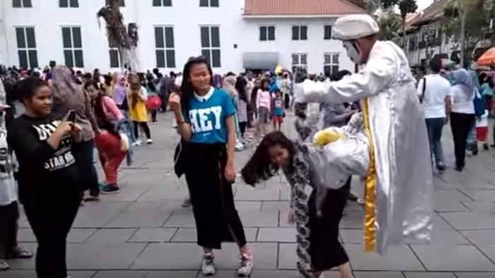 Atraksi di Kota Tua Jakarta: Manusia Duduk Mengambang, Selfie Pocong, Rhoma Irama Berjingkrak!