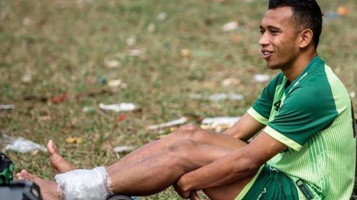Alami Cedera Engkel Kiri Saat Lawan PSIS, Irfan Jaya Sempat Menangis Saat Ditandu ke Luar Lapangan