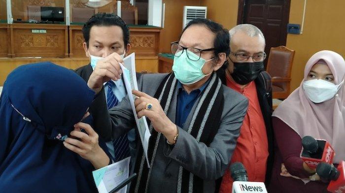 Alamsyah Hanafiah selaku Kuasa Hukum Habib Rizieq Shihab usai sidang praperadilan di PN Jakarta Selatan, Senin (1/3/2021).