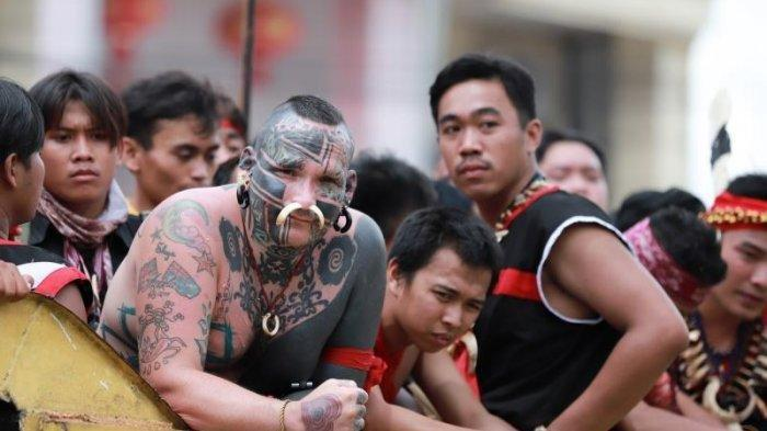 Warga Australia Alanj Peserta Parade Tatung Ternyata Miliki Banyak Tato Motif Dayak Di Tubuhnya Tribunnews Com Mobile