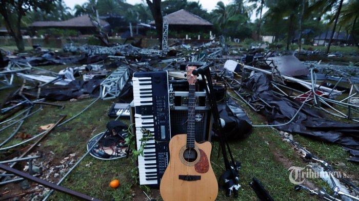 Sisa-sisa alat musik Band Seventeen yang diterjang tsunami di kawasan Tanjung Lesung, Banten, Jawa Barat, Minggu (23/12/2018). Tsunami diselat Sunda yang terjadi pada sabtu 22 Desember 2018 hingga kini tercatat sebanyak 168 orang meninggal dunia dan korban luka-luka mencapai 745 orang serta yang masih dalam pencarian sebanyak 30 orang. (Tribunnews/Jeprima)