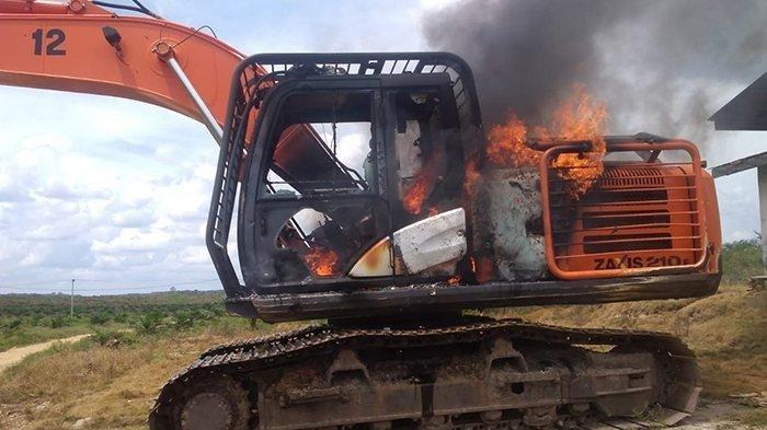 Alat Berat Milik PT Duta Palma Nusantara di Kuansing Riau Dibakar Warga