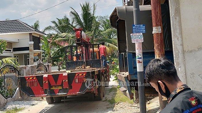 Satu unit truk crane, tiba di lokasi kejadian pesawat tempur BAE Hawk 209 milik TNI AU yang jatuh di Desa Kubang Jaya, Kecamatan Siak Hulu, Kabupaten Kampar, Senin (15/6/2020).