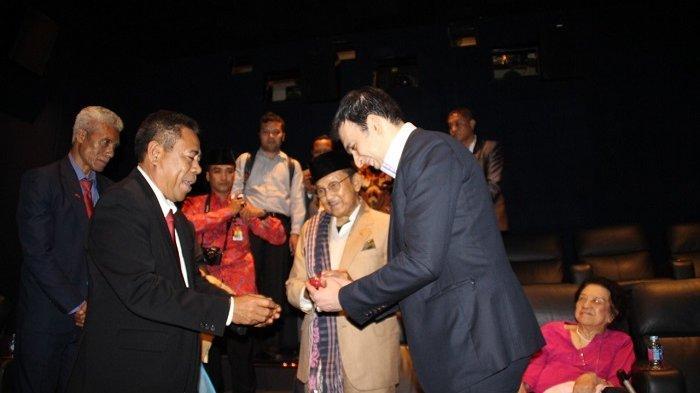 Duta Besar Timor Leste untuk Republik Indonesia Alberto XP Carlos (berjas hitam) saat bersama BJ Habibie menonton Habibie dan Ainun di 2016 silam.