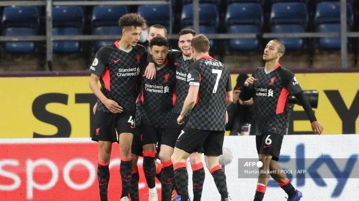 Gelandang Inggris Liverpool Alex Oxlade-Chamberlain merayakan bersama rekan satu timnya setelah mencetak gol ketiga timnya selama pertandingan sepak bola Liga Premier Inggris antara Burnley dan Liverpool di Turf Moor di Burnley, Inggris barat laut pada 19 Mei 2021.