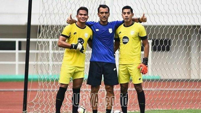 Erick Ibrahim tim pelatih kiper Persela di sela latihan bersama almarhum Choirul Huda (kanan) dan Alexander.