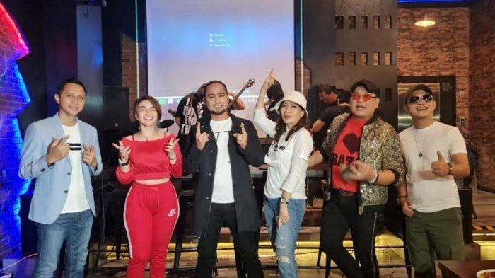 Alf Idol saat jumpa pers perilisan single terbarunya yang berjudul 'Sekarang Waktunya' di kawasan Bekasi, Jawa Barat, Sabtu (25/9/2021).