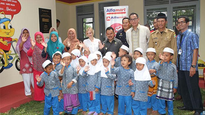 Donasi Konsumen Alfamart Renovasi Sekolah di Pelosok Desa