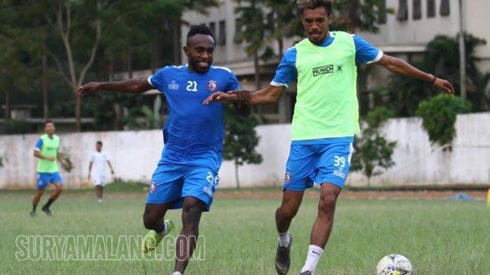 LATIHAN - Alfin Tuasalamony berebut bola dengan Riky Kayame dalam latihan Arema FC di Stadion Cakrawala, Universitas Negeri Malang, Selasa (11/6/2019).