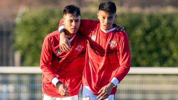 Alfriyanto Nico dan Arsa Ahmad ketika bermain memperkuat Garuda Select di Inggris.