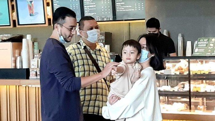 Pesinetron Aliff Alli bertemu anaknya di kedai kopi dalam mal di kawasan Cibubur, Jakarta Timur, Selasa (18/5/2021).