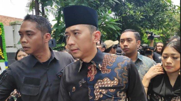 Ibas dan istri, Aliya Rajasa, melayat ke rumah duka almarhum Ashraf Sinclair, suami Bunga Citra Lestari, di Jalan Pejaten Barat, Jakarta Selatan, Selasa (18/2/2020).