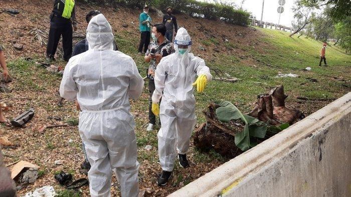 Tim identifikasi dari Polres Metro Jakarta Selatan memeriksa mayat yang ditemukan di Pesanggrahan, Jakarta Selatan, Jumat (10/7/2020).