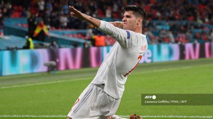 Pemain depan Spanyol Alvaro Morata merayakan mencetak gol pertama timnya selama pertandingan sepak bola semifinal UEFA EURO 2020 antara Italia dan Spanyol di Stadion Wembley di London pada 6 Juli 2021.