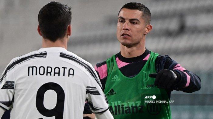 Penyerang Spanyol Juventus Alvaro Morata (kiri) diberi selamat oleh penyerang Portugal Juventus Cristiano Ronaldo setelah mencetak gol kedua timnya selama pertandingan sepak bola Serie A Italia antara Juventus dan Lazio di Stadion Juventus di Turin, Italia utara pada 6 Maret 2021. MIGUEL MEDINA / AFP