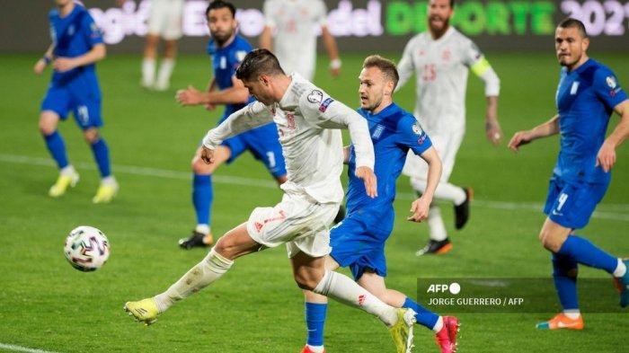 Penyerang Spanyol Alvaro Morata (kiri) mencetak gol selama pertandingan sepak bola kualifikasi Piala Dunia Qatar 2022 antara Spanyol dan Yunani pada 25 Maret 2021 di stadion Los Carmenes di Granada. JORGE GUERRERO / AFP