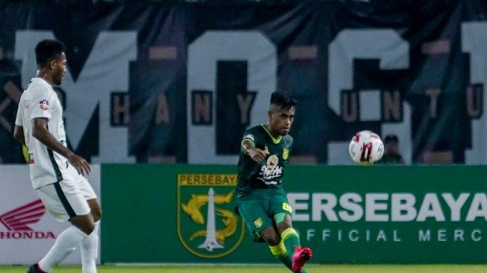 Aksi Alwi Slamat saat membela Persebaya menghadapi Persipura di Stadion Gelora Bung Tomo pada 13 Maret lalu