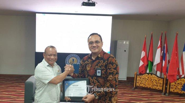 Alumnus Lemhannas RI PPSA XXI, AM Putut Prabantoro, dalam kapasitasnya sebagai  Konsultan Komunikasi Publik menerima penghargaan dari Direktur Poltekpar Palembang DR Zulkifli Harahap MM.Par, CHE, di Poltekpar Palembang, Jumat (09/08/2019).